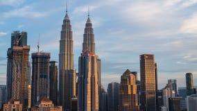 Lapso de tempo da skyline do centro de cidade de Kuala Lumpur durante o por do sol filme