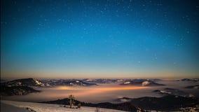 Lapso de tempo da Via Látea em montanhas Carpathian vídeos de arquivo