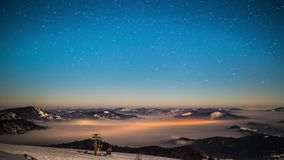 lapso de tempo da Via Látea 8K em montanhas Carpathian video estoque