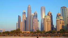 Lapso de tempo das construções 4k do por do sol de Dubai da praia filme