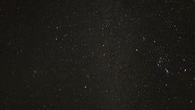 Lapso de tempo das estrelas que movem-se através do céu noturno - grampo 1 video estoque