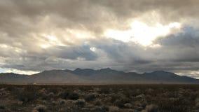 Lapso de tempo das nuvens de tempestade no deserto do Mojave - grampo 1 video estoque