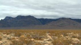 Lapso de tempo das nuvens de tempestade no deserto do Mojave - grampo 3 video estoque