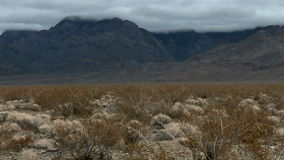 Lapso de tempo das nuvens de tempestade no deserto do Mojave - grampo 4 vídeos de arquivo