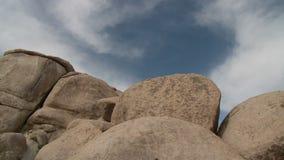 Lapso de tempo das nuvens e das rochas do deserto - grampo 3 vídeos de arquivo