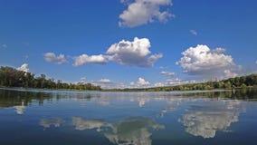 Lapso de tempo das nuvens no céu azul sobre um lago no dia de verão ensolarado video estoque