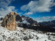 Lapso de tempo das nuvens que movem ao redor Cinque Torri na em um dia ensolarado bonito, Cortina d'Ampezzo, dolomites, Itália fotografia de stock