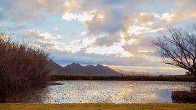 Lapso de tempo das nuvens sobre o lago vídeos de arquivo