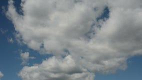 Lapso de tempo de nuvens running em um céu azul vídeos de arquivo