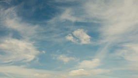 Lapso de tempo de nuvens running em um céu azul video estoque