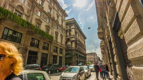 Lapso de tempo de passeio Italia do panorama 4k da rua das lojas luxuosas de dia ensolarado de Milão video estoque