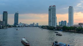 Lapso de tempo do barco de passageiro no rio da cidade vídeos de arquivo