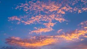 Lapso de tempo do céu e de nuvens dramáticos no tempo do por do sol filme