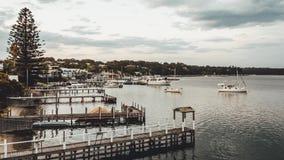 Lapso de tempo do dia à noite do lago, dos cais, dos barcos e das nuvens filme