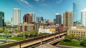Lapso de tempo do dia da skyline da cidade e do tráfego elevado do trem na rua do lago, Chicago filme