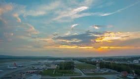 Lapso de tempo do exterior e das nuvens do aeroporto que movem-se rapidamente no céu vídeo Lapso de tempo do por do sol sobre um  vídeos de arquivo