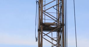 Lapso de tempo do guindaste de torre no canteiro de obras contra o céu azul filme