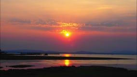 Lapso de tempo do nascer do sol bonito sobre o rio de Khong da beira de Tailândia video estoque