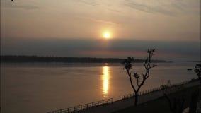 Lapso de tempo do nascer do sol sobre o rio de Khong em Tailândia vídeos de arquivo