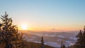Lapso de tempo do pôr do sol na montanha do inverno video estoque