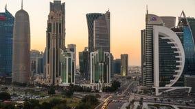 Lapso de tempo do por do sol no crepúsculo sobre o distrito financeiro central, Doha video estoque