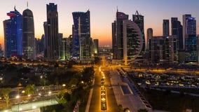 Lapso de tempo do por do sol no distrito financeiro do centro & central do crepúsculo sobre, Doha video estoque