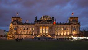 Lapso de tempo do por do sol da construção de Reichstag em Berlim durante o Natal, Alemanha filme
