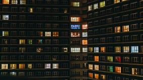 Lapso de tempo do prédio de apartamentos na noite Timelapse das janelas residenciais dos planos que iluminam-se acima e que desli video estoque