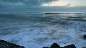 Lapso de tempo do sol de ajuste na costa oeste de Nova Zelândia vídeos de arquivo