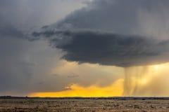 Lapso de tempo do supercell tornadic sobre a aleia de furacão no por do sol fotos de stock