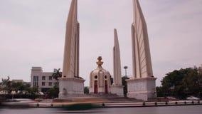 LAPSO DE TEMPO DO TRÁFEGO: Banguecoque - interseção do tráfego do monumento da democracia, 2 ângulos vídeos de arquivo