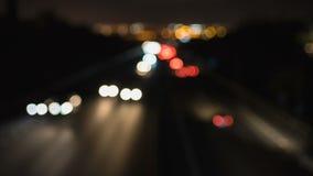 Lapso de tempo do tráfego borrado na noite filme