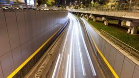 Lapso de tempo do tráfego de cidade da noite sobre uma ponte video estoque