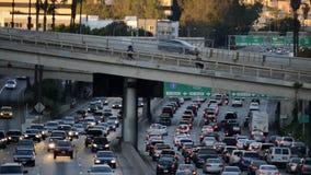 Lapso de tempo do tráfego das horas de ponta em Los Angeles do centro durante o por do sol vídeos de arquivo