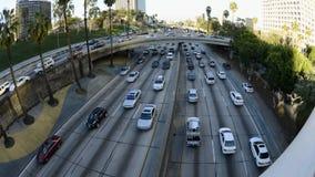 Lapso de tempo do tráfego das horas de ponta em Los Angeles do centro durante o por do sol video estoque