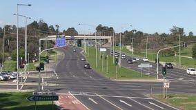 Lapso de tempo do tráfego na interseção da estrada vídeos de arquivo
