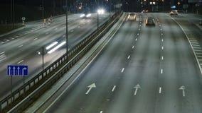 Lapso de tempo do tráfego ocupado da autoestrada na noite filme
