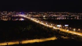 Lapso de tempo do tráfego ocupado da noite na ponte, contra o contexto da cidade video estoque