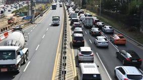 Lapso de tempo do tráfego ocupado em Seoul, Coreia do Sul O tráfego é liso em uns lado e tráfego no outro lado video estoque