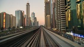 Lapso de tempo do trem elevado do metro que viaja ao longo da estrada de Sheikh Zayed vídeos de arquivo