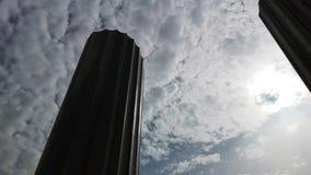 Lapso de tempo do World Trade Center de Abu Dhabi no por do sol - lapso de ?poca das nuvens que flutuam em torno do arranha-c?us  filme