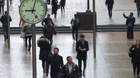 Lapso de tempo dos assinantes que andam após pulsos de disparo, Canary Wharf, Londres filme