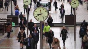 Lapso de tempo dos assinantes que andam após pulsos de disparo, Canary Wharf, Londres video estoque