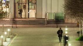 Lapso de tempo dos trabalhadores que saem de um escritório após a obscuridade vídeos de arquivo