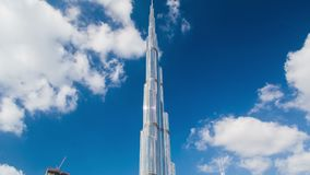 Lapso de tempo Dubai do dia de Burj Khalifa Bandeja acima filme