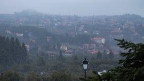 Lapso de tempo durante a queda da neve, negligenciando uma vila grega video estoque