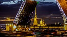 Lapso de tempo A elevação da ponte do palácio, através do rio Neva filme