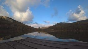 Lapso de tempo em um dia do outono com uma opinião do mar vídeos de arquivo