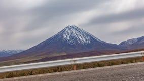 Lapso de tempo estrada da inclinação e do vulcão altos de Licancabur filme