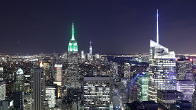 Lapso de tempo famoso da opinião 4k da luz da noite das construções de New York City vídeos de arquivo